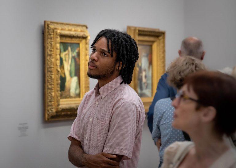 Musée d'Orsay : jeune homme regardant tableau
