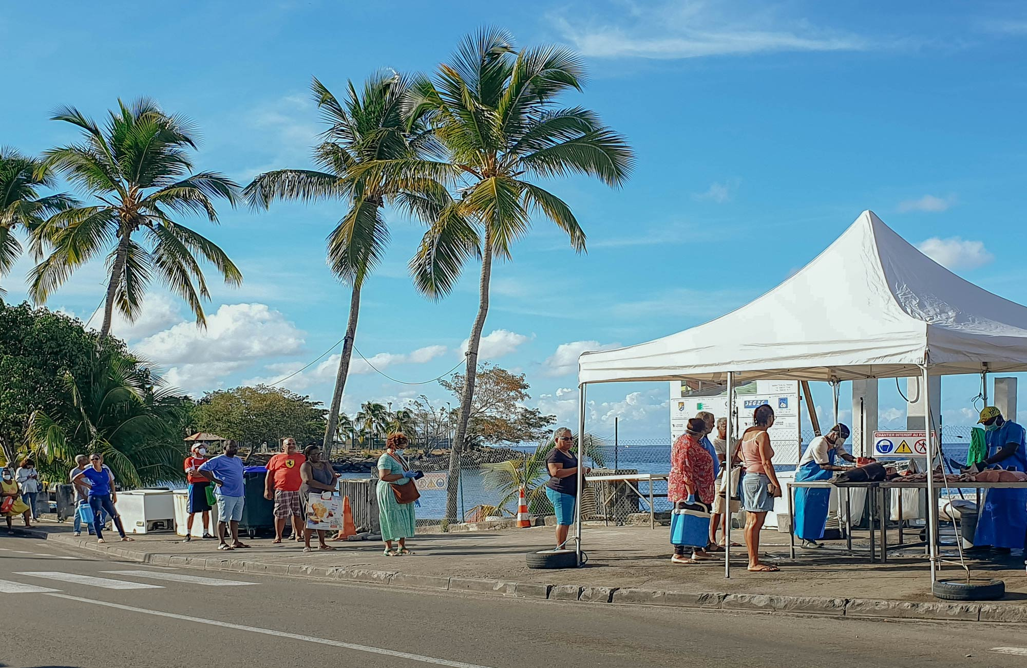Martinique : la file d'attente du marché aux poissons à Bellefontaine