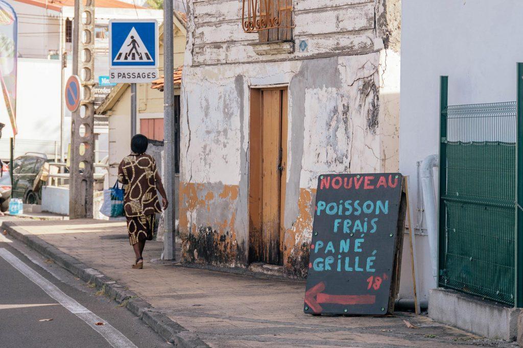 Martinique, Bellefontaine : femme marchant dans la rue principale