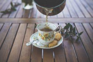 thé versé dans une tasse