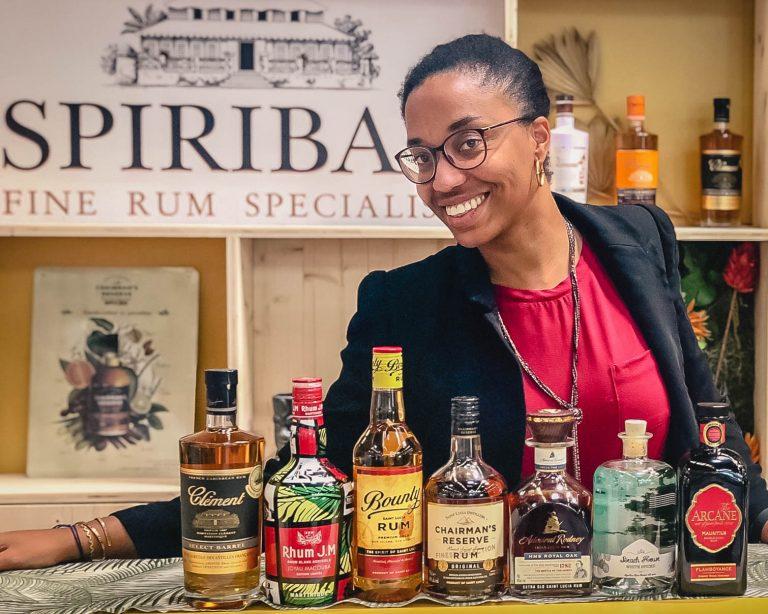 Audrey Bruisson devant la gamme des rhums Spiribam