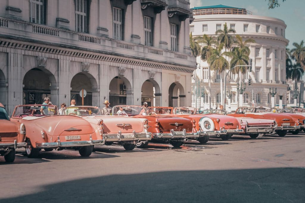 Alignement de voitures vintage roses stationnées à La Havane