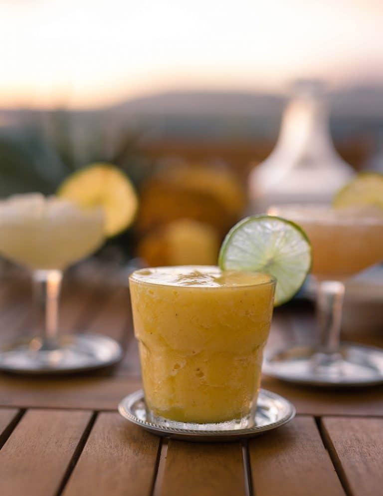 Gros plan sur un verre de cocktail daiquiri ananas sur une table