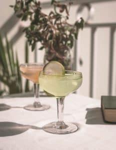 Un verre de Cocktail daïquiri classic sur une table ensoleillée