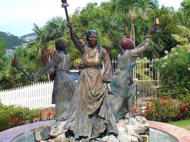 statue de 3 femmes dans un parc à Sainte-Croix, aux Îles Vierges