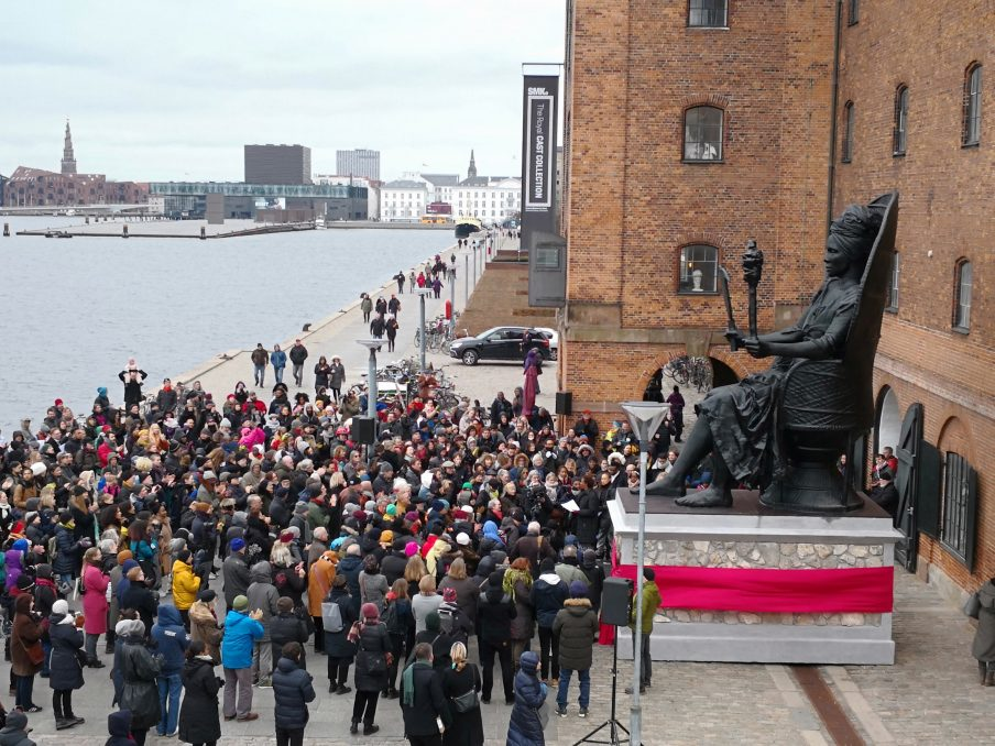 "Une foule assiste à l'inauguration de la statue ""I am Queen Mary"" sur les docks de Copenhague"