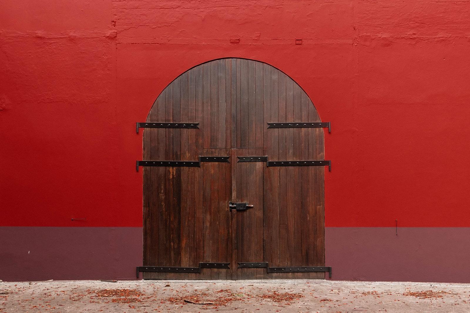 Distillerie La Mauny : porte des chais