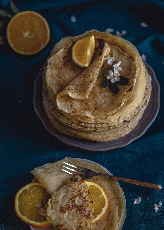 Des crêpes avec des tranches d'oranges