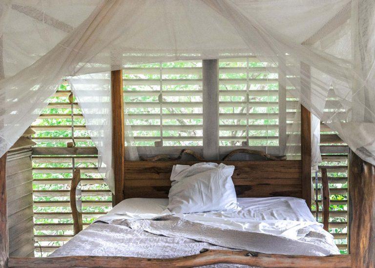 Domaine de Robinson : lit à baldaquin